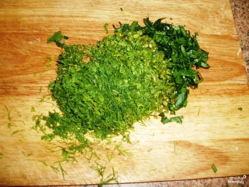 После того как суп сварился и мультиварка отключилась, добавляем туда измельченную зелень.