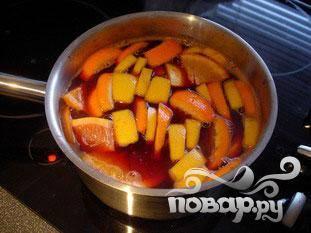 Добавить 1 пакетик ванильного сахара, 5 столовых ложек сахарной пудры и 1 щепотку корицы, хорошо перемешать. Добавить кусочки фруктов, убавить огонь и оставить кипятить на медленном огне не менее одного часа.