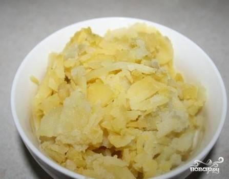 2. Отварите картофель до готовности и натрите на крупной терке.
