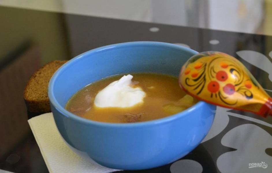 6. Готовый суп получается острым и ароматным, для большего контраста подаю его со сметаной.