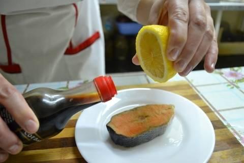 1. Стейки лосося размораживаем, промываем под водой и обсушиваем. Маринуем в оливковом масле и соевом соусе. Солим, перчим, поливаем соком лимона.