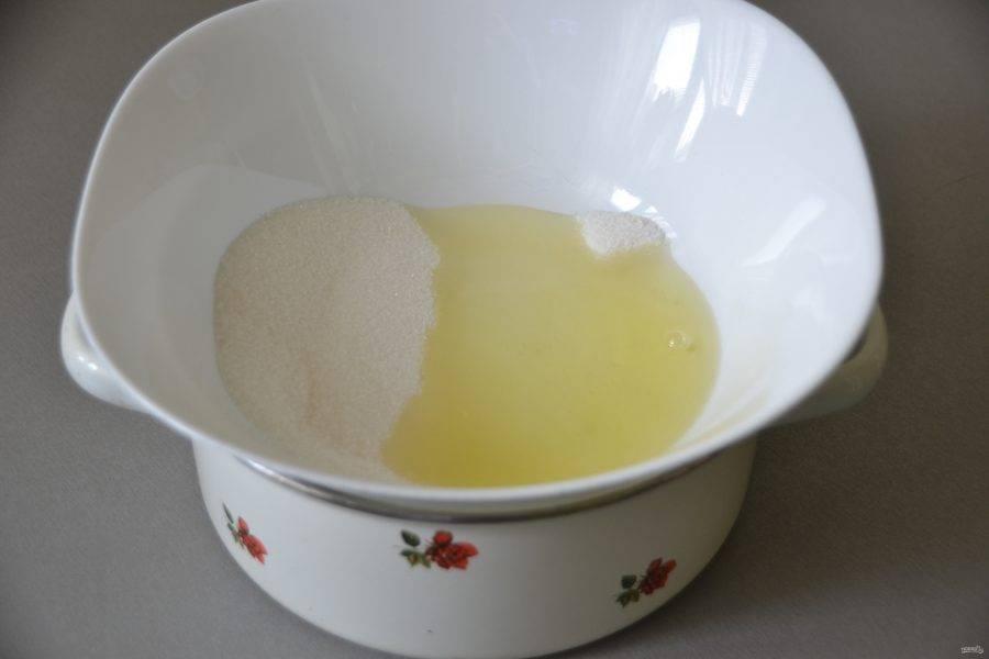"""Для приготовления белкового крема поставьте на """"водяную баню"""" жаропрочную миску, в которую положите 2 яичных белка , сахарный песок в количестве 110 граммов и ванильный сахар, можно добавить щепотку соли. Миска не должна касаться воды."""