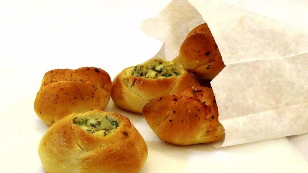 8. Смажьте горячие булочки маслом и переложите на бумажное полотенце. Приятного аппетита!