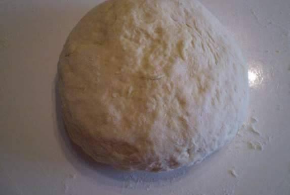 Замешиваем тесто. Оно не должно быть тугим. Чтобы не прилипало к рукам - смажьте их растительным маслом.