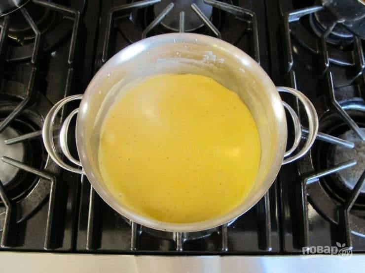3. Сделав медленный огонь, вливайте порциями молоко, постоянно мешая. Не давайте массе закипеть.