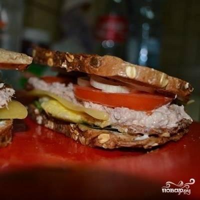 Накрываем вторым тостом - и сэндвич готов! Ну-ка, смотрим на часы - уложились в 10 минут?:)