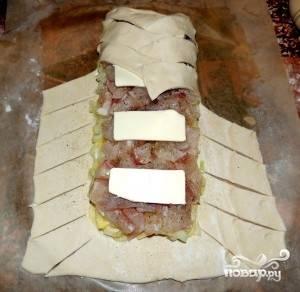 А теперь приступим к формированию пирога. Надрезаем пласт теста по бокам по диагонали полосками шириной  по 3 сантиметра. Укладываем полоски косичкой к центру.