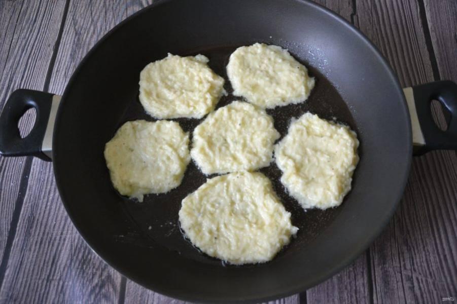 На хорошо разогретую сковороду влейте растительное масло, столовой ложкой выложите тесто, не очень толстым слоем, разравнивая его.