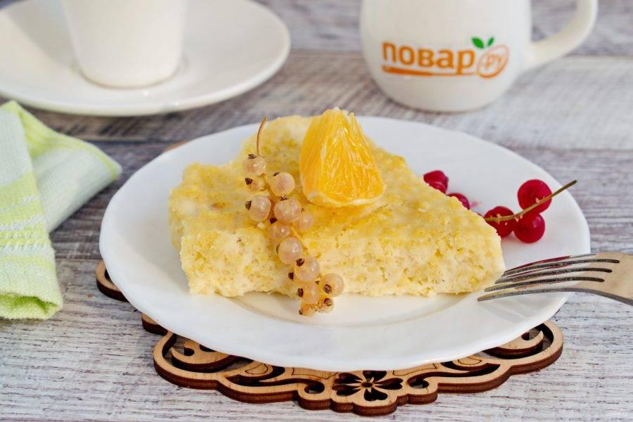Остудите крупеник с пшеном в форме. Подавайте со свежими ягодами, ягодным сиропом или сметаной. Приятного аппетита!