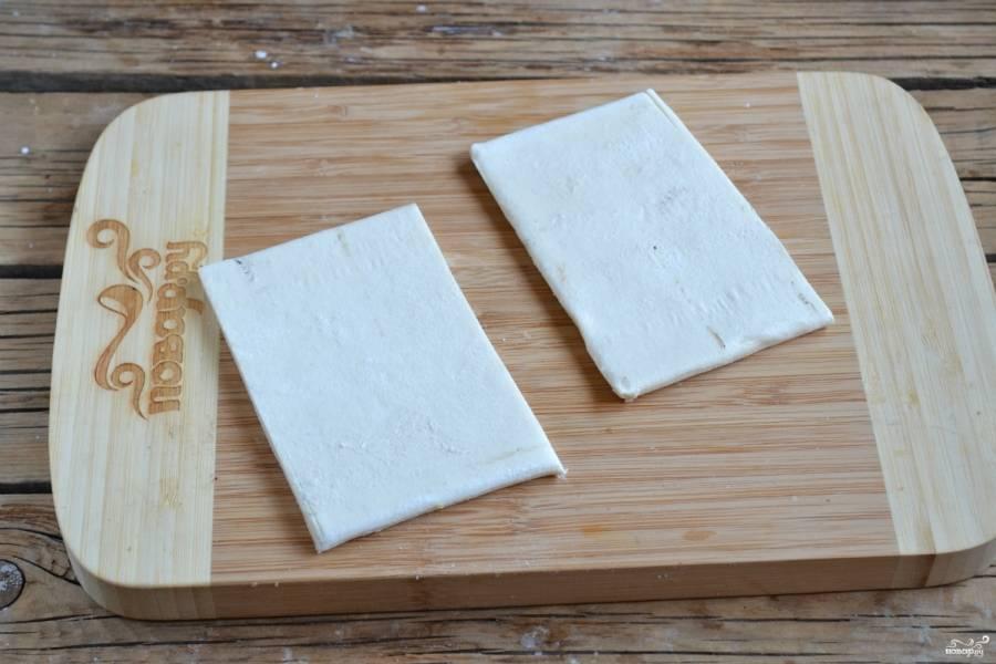 Тесто порежьте на прямоугольники (примерно 5 на 7 см.) и слегка раскатайте.