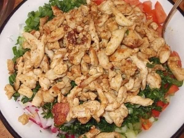 Соединяем курицу, зелень и овощи с соусом, все перемешиваем. Добавляем специи.