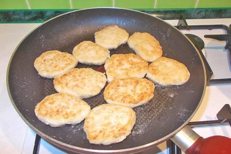На хорошо разогретую сковороду налейте немного растительного масла. Обжарьте котлеты с двух сторон и выложите в отдельную посуду.