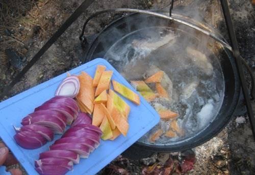 1. Отвариваем баранину в течении часа, постоянно снимая пену. Затем добавим морковку и две луковицы, соль и перец.