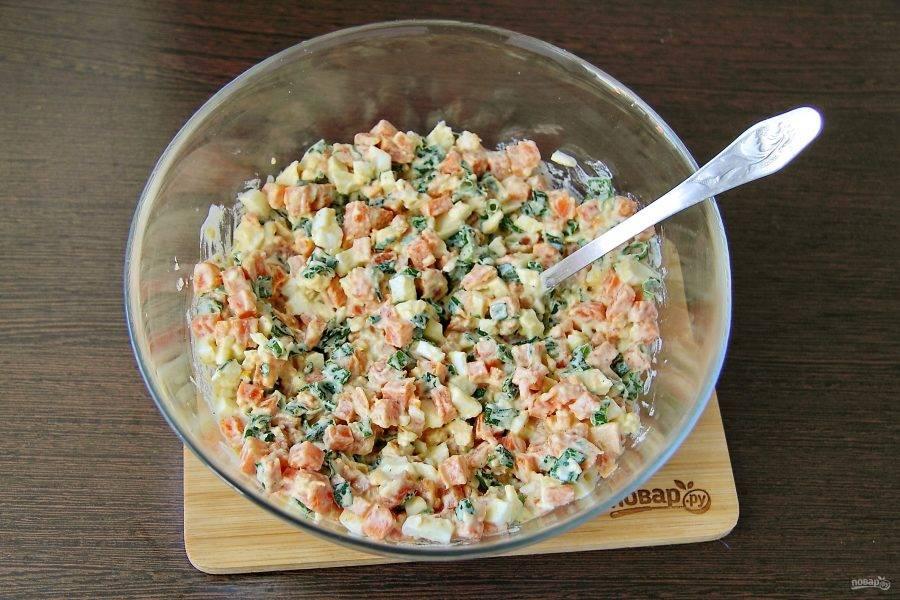 Перемешайте. Салат из моркови с зеленым луком готов.