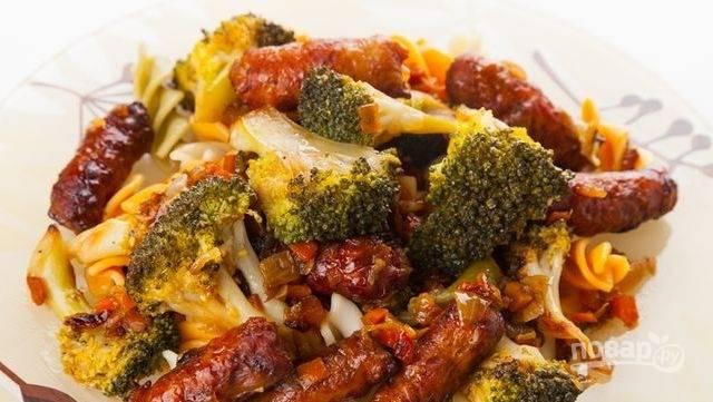 Подавайте пасту, добавив к макаронам все ингредиенты со сковороды. Приятного аппетита!
