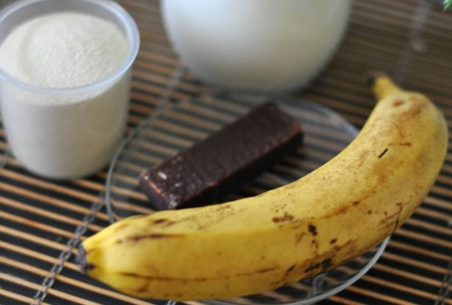 1. Если хотите разнообразить обычную манную кашу, добавьте в нее банан и тертый шоколад при подаче. Готовится она традиционным способом.