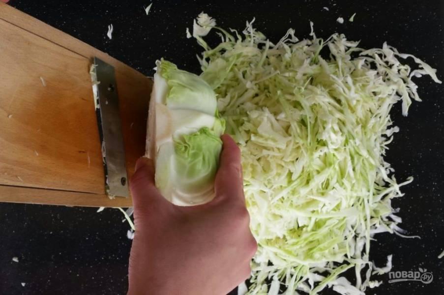 2.С помощью специальной терки натираю капусту (если такой нет, то шинкую острым ножом).