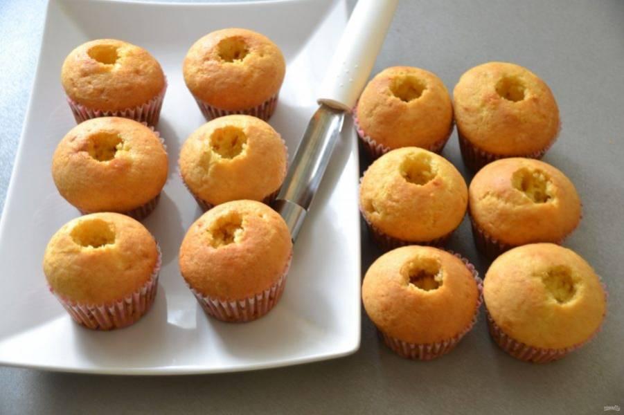 Чтобы приготовить капкейки с сюрпризом, сделайте в них небольшое углубление, удалите часть капкейка выемкой для яблок.