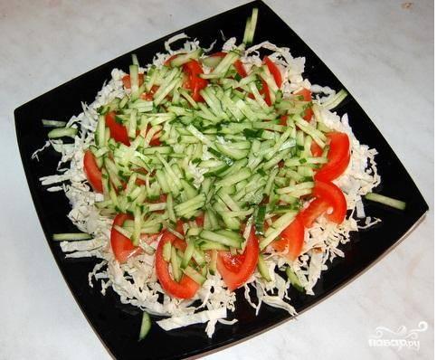5.Разложить нарезанные огурцы следующим слоем на помидоры.