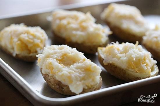 Наполнить получившейся смесью половинки картофеля.