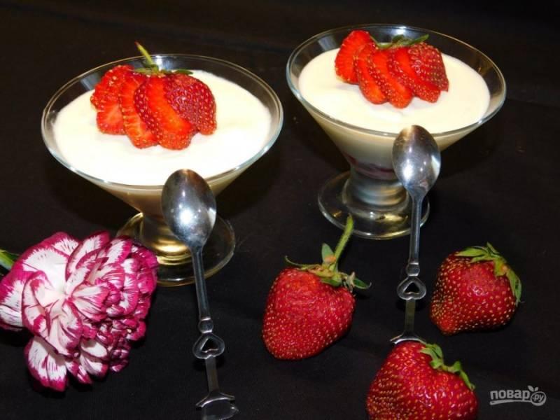 Застывший десерт украсьте ягодами клубники.