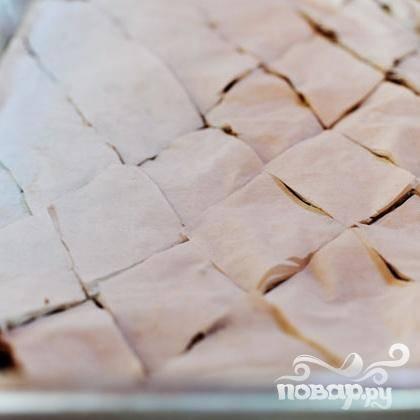 6. Разрезать по диагонали на ромбы острым ножом. Выпекать в течение 45 минут, пока пахлава не станет золотисто-коричневого цвета.