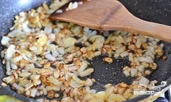 На сковороде подогрейте масло. Добавьте в него мелко нашинкованный лук. Обжарьте до готовности. Всыпьте его в почти готовый суп.