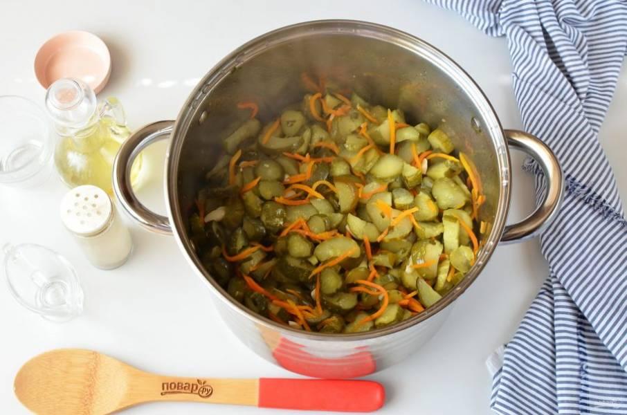 Доведите салат до кипения, варите 10 минут под крышкой, пару раз перемешайте осторожно.
