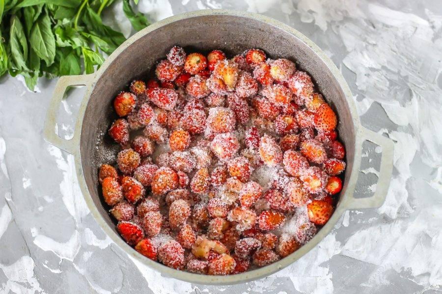Всыпьте сахарный песок и перемешайте. Оставьте на 15-20 минут, чтобы ягоды выделили сок.