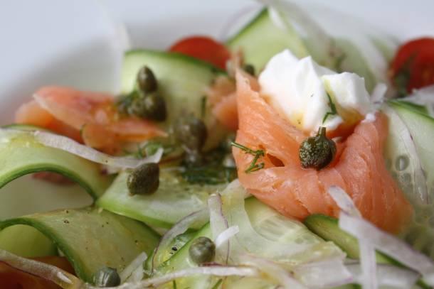 3. Полейте салат приготовленным соусом или подайте соус рядом в соуснице. Салат с семгой и огурцом готов! Приятного аппетита!