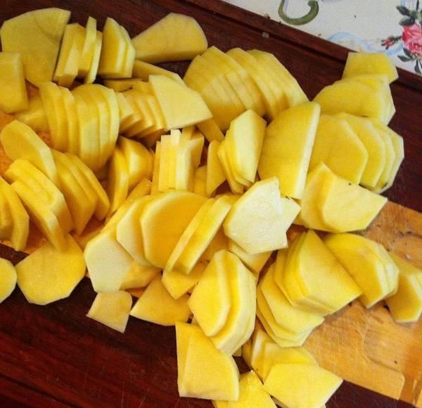 4. Картофель вымыть, очистить и нарезать тонкими пластинками.