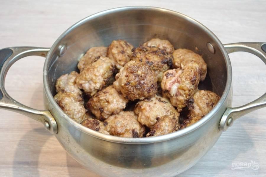 Обжарьте фрикадельки на сковороде в масле со всех сторон. Они могут быть сыроватыми, но не должны разваливаться.