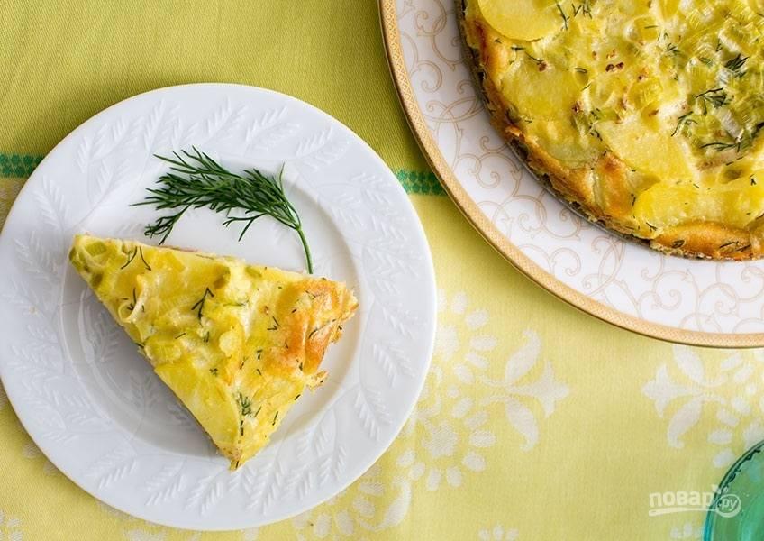 7.Готовый пирог немного остудите в форме, затем аккуратно достаньте и нарежьте кусочками.