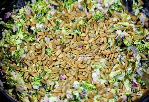 9. Пока бекон немного остынет, добавьте в салат горсть семечек. В данном случае это подсолнечник, но вы можете использовать семена кунжута, например, или тыквенные семечки.