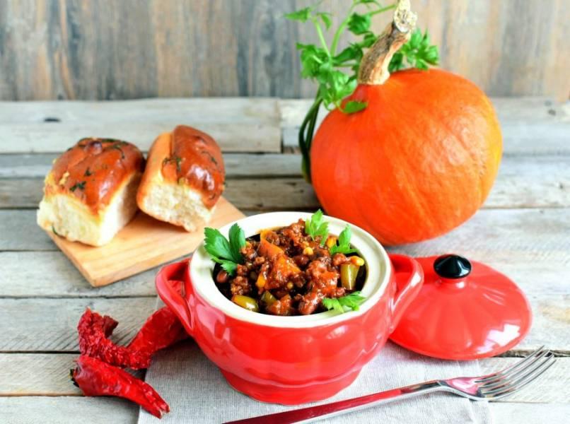 Подавайте чили горячим, дополнив чесночным хлебом или кукурузными лепешками и свежей зеленью.