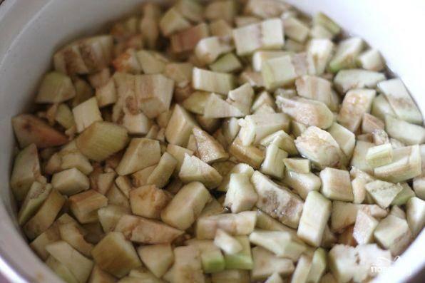 Баклажаны мелко нарезать, семена желательно удалить. Нарезанные баклажаны высыпать в кипящую подсоленную воду и варить около 5 минут.