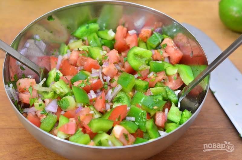 6.Перемешиваю овощи двумя ложками, чтобы их не помять.