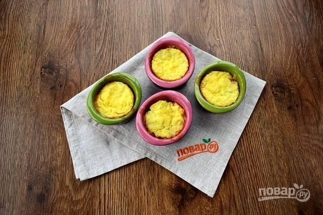 Поставьте формочки с пудингом запекаться в духовку при 180 °С на 30 минут.
