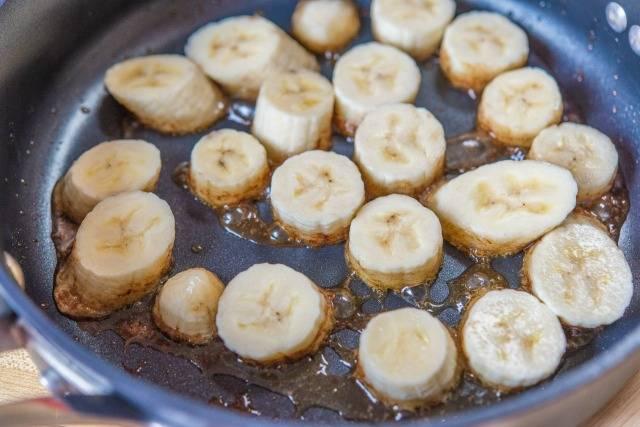 4. Когда карамель прогрелась, выложить на сковороду бананы и жарить на среднем огне до образования аппетитной корочки.