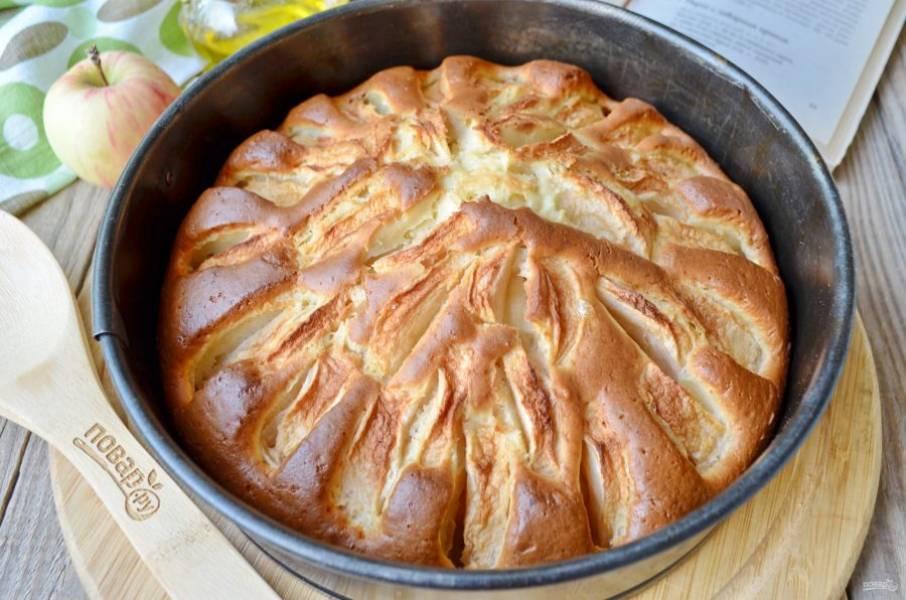 Яблочный пирог готов! Остудите его в форме, после извлеките и порежьте на кусочки. При подаче можно посыпать сахарной пудрой. Приятного!