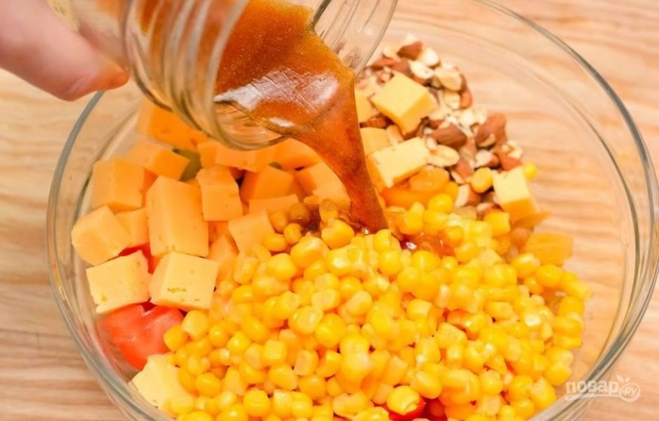 3.Заправляю салат приготовленной ранее заправкой, хорошенько перемешиваю.