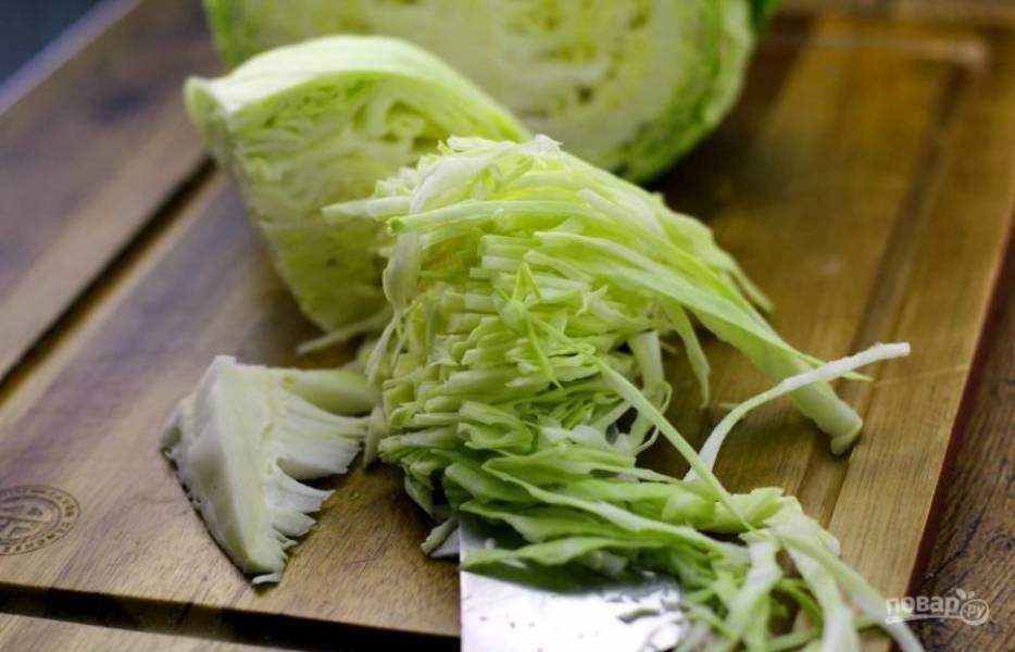 9.Вымойте и нашинкуйте капусту тонкой соломкой, затем добавьте в борщ, перемешайте и варите до готовности.
