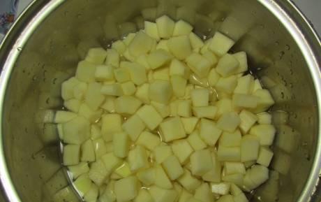 Тушите кабачки в сотейник, наполовину залив их водой. Добавьте столовую ложку растительного масла и готовьте до мягкости.
