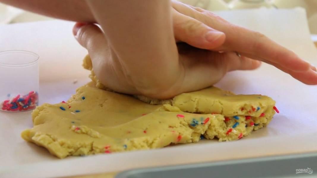 5. Спустя это время добавьте в тесто цветную посыпку. Тщательно перемешайте массу.