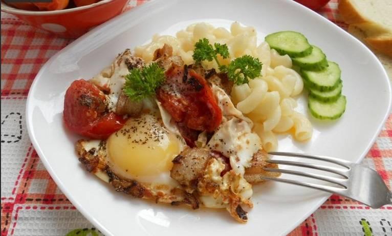 Готовую яичницу выкладываем на тарелку, посыпаем свежей зелени, можно добавить свежих овощей и гарнир и подаем к столу. Приятного аппетита!