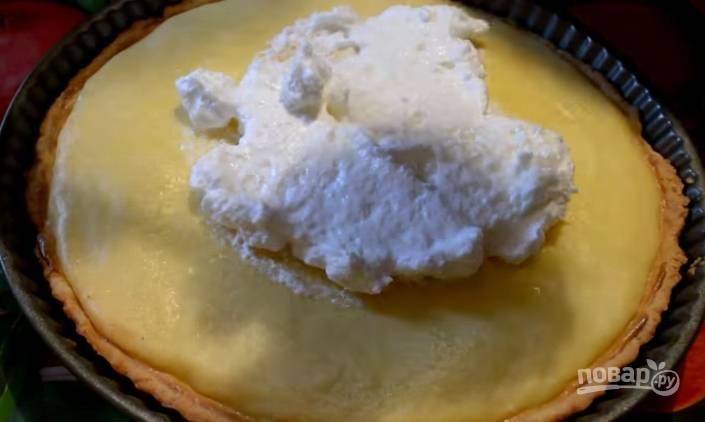 6. Когда пирог простоял в духовке 20 минут, выложите на него взбитые белки и распределите ровно по поверхности. Снова отправьте в духовку на 10 минут до золотистой корочки.