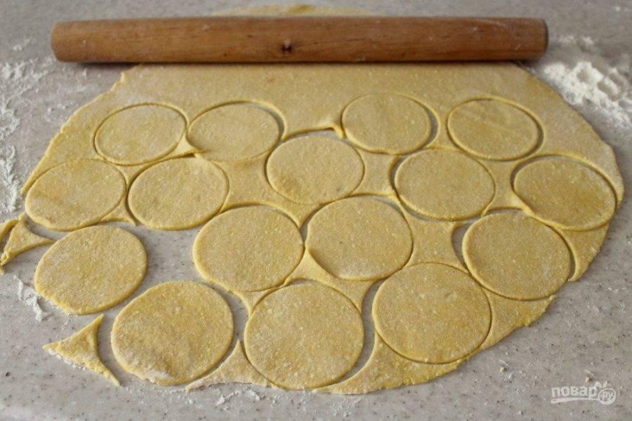 Раскатайте лист толщиной 1 мм. Формой вырежьте круги.