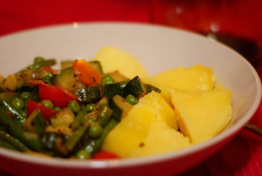Добавляем отваренную картошку и подаем блюдо к столу. Приятного аппетита!