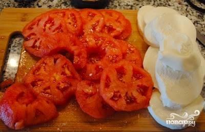 Нарезаем кружочками очищенные помидоры и моцареллу.