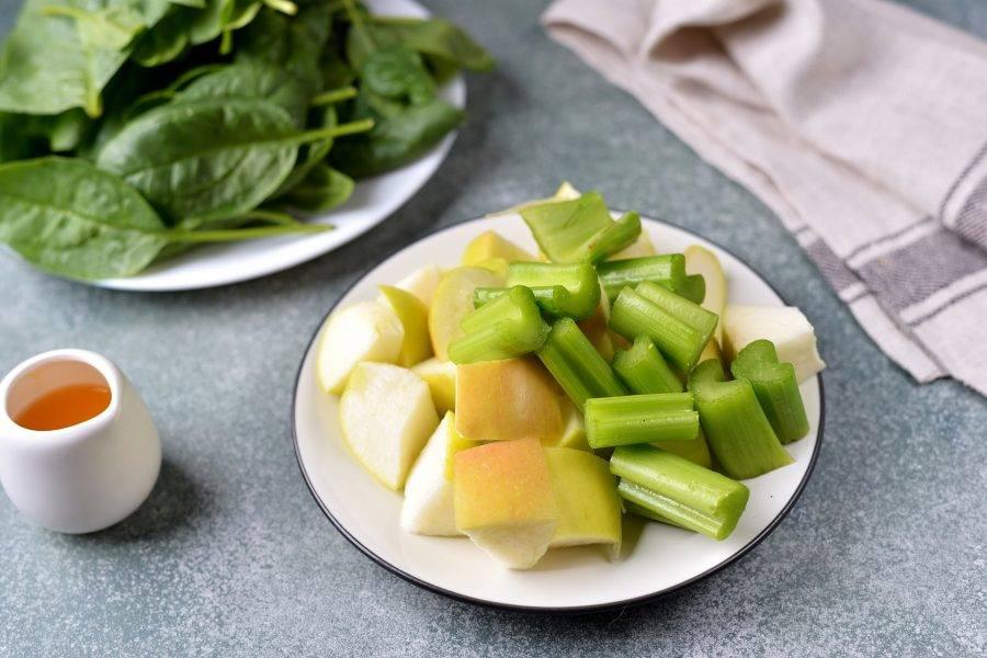 Яблоко почистите от семечек, нарежьте его вместе с сельдереем крупными кусочками.